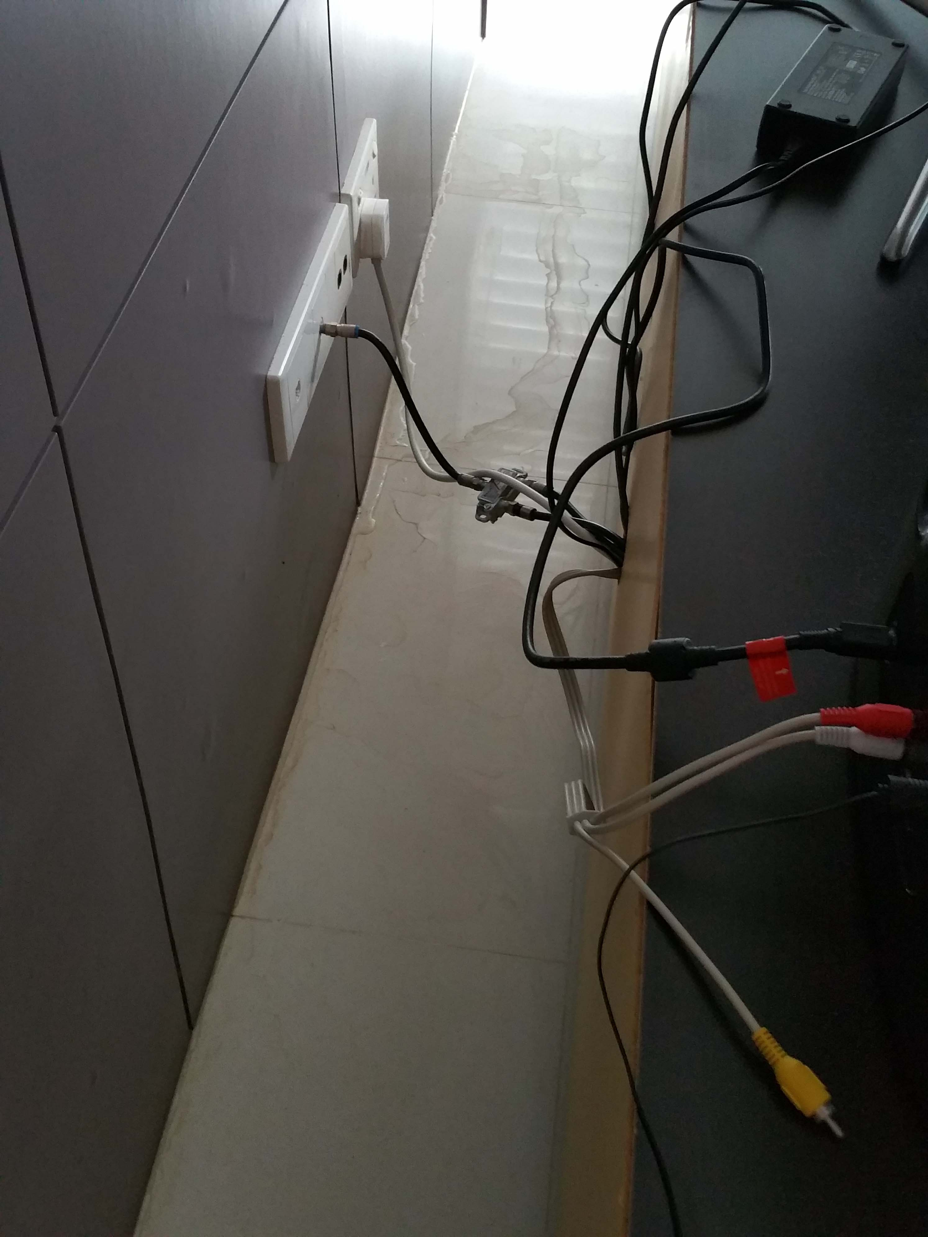 14. wall embedded basin drain pipe leak. water exit into living hall..jpg