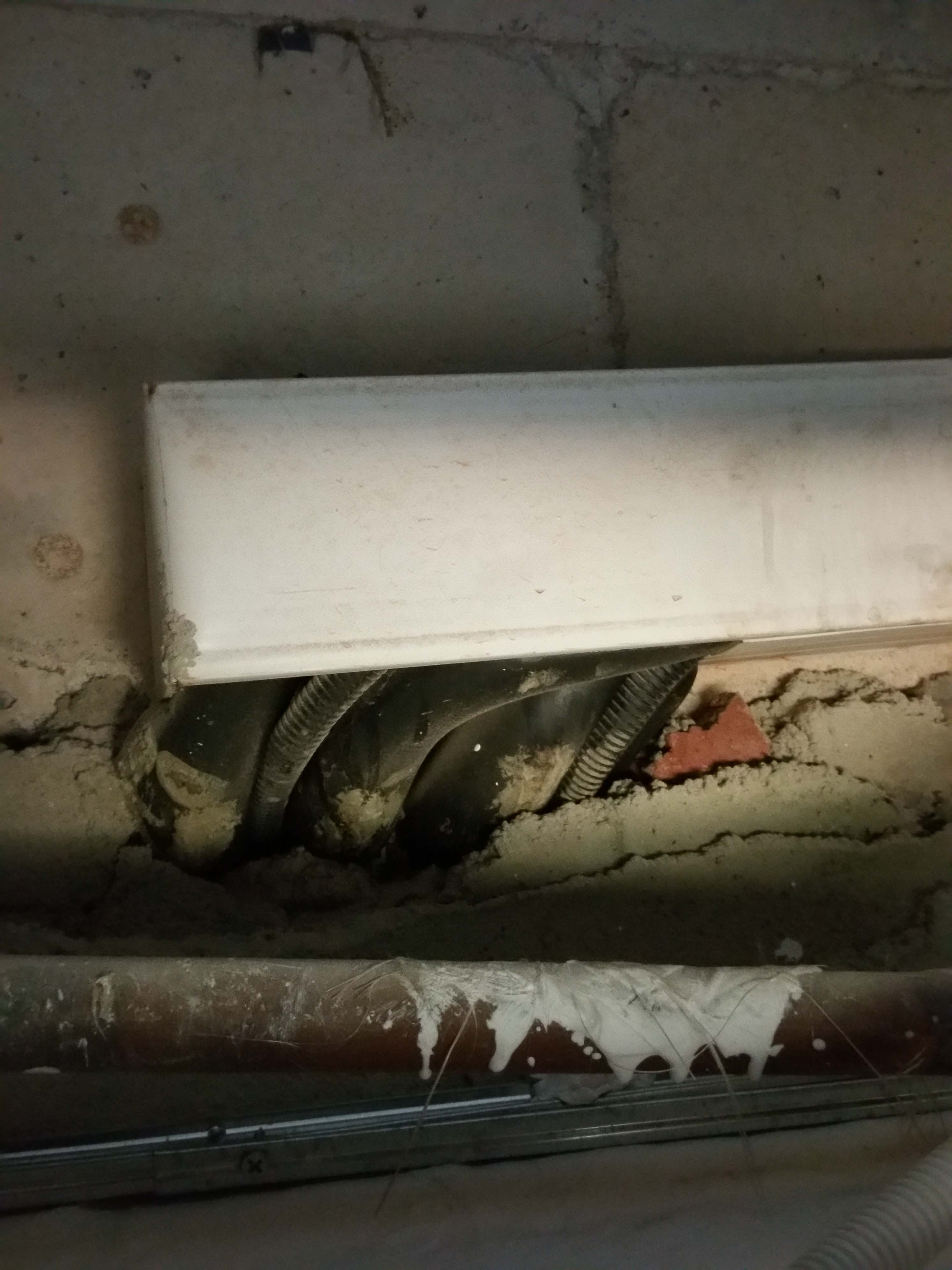 40. aircon pipes sweating. wall & ceiling  damaged..jpg